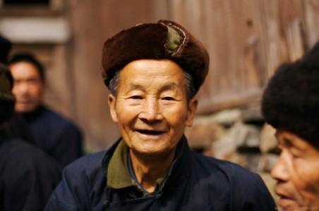 Portrait photo d'un vieil homme chinois de la minorité Miao