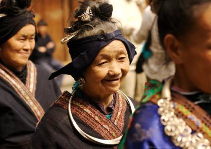 Portrait photo d'une vieille femme chinoise miao